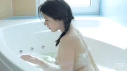Scopata dolcemente nella vasca da bagno