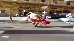 Video donna nuda in Corsu Umberto a Napoli - 29.11.2015