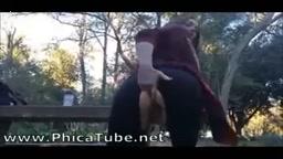 Si masturba e squirta in un parco pubblico