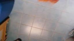 Sborrata sul pavimento del bagno