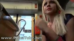 La fidanzata gli fa una sega sul treno