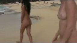 ragazze troie sorprese a pisciare sulla spiaggia
