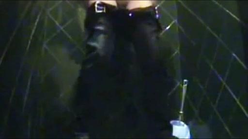 ragazza spiata nel bagno di una discoteca