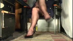 signora con le gambe accavallate si vede la fica