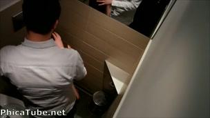Zoccoletta sexy aspetta qualcuno nel bagno dei maschi per farsi scopare [phica.net]