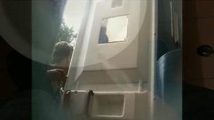 giovani fidanzati visti pisciare in un bagno pubblico