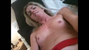 La slut inglese parla sporca mentre si masturba