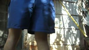 Menino sacudinho mostrando a bunda e o saco