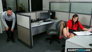 Segretaria si fa scopare in ufficio